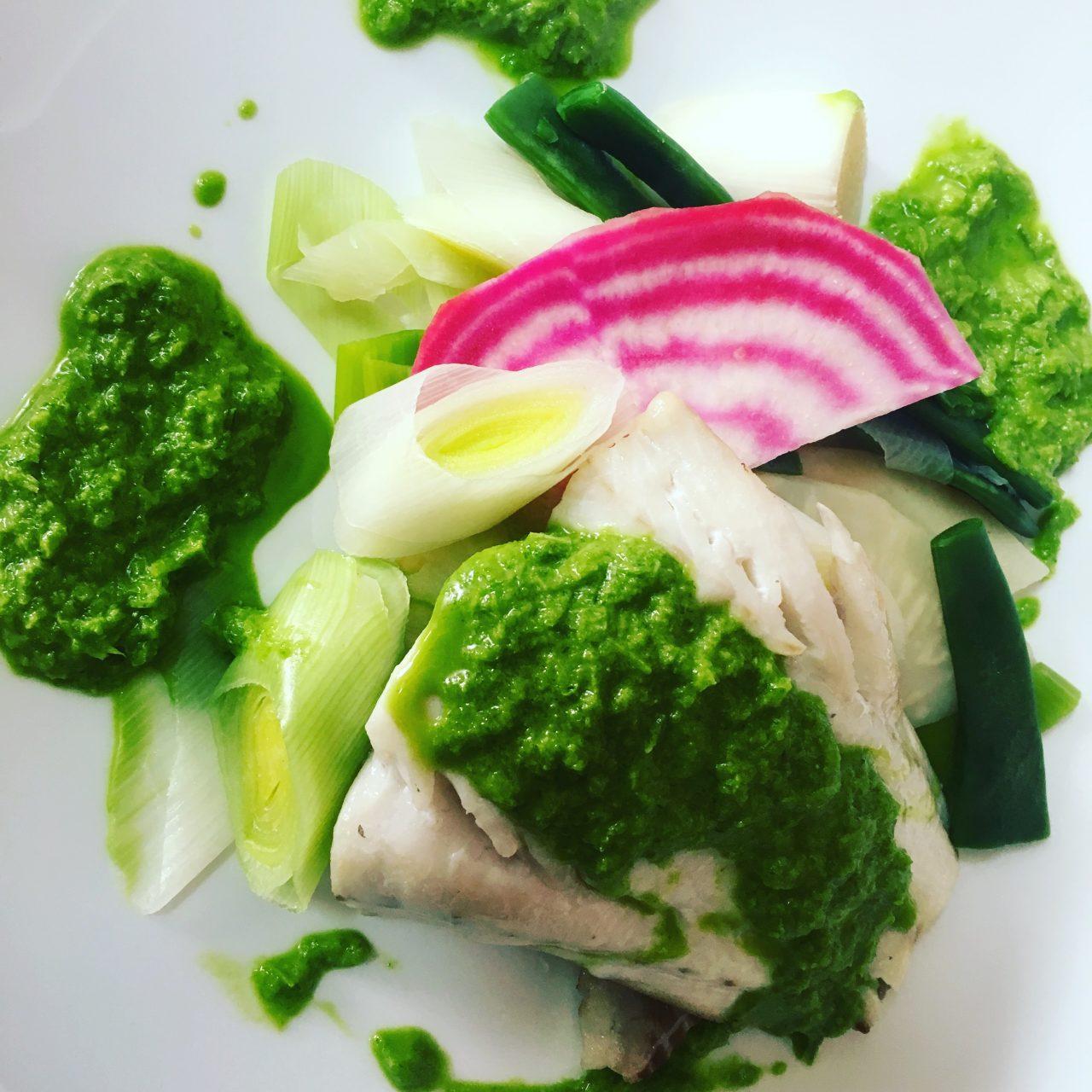 Restaurant Bistrot la-Haut Montmartre Pavé de lieu noir, pistou de poireaux, méli-mélo de petits légumes