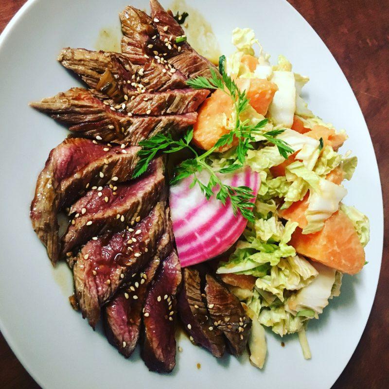 Restaurant Bistrot La-Haut Montmartre Tataki de filet de boeuf, salade de patates douces et de chou packchoï