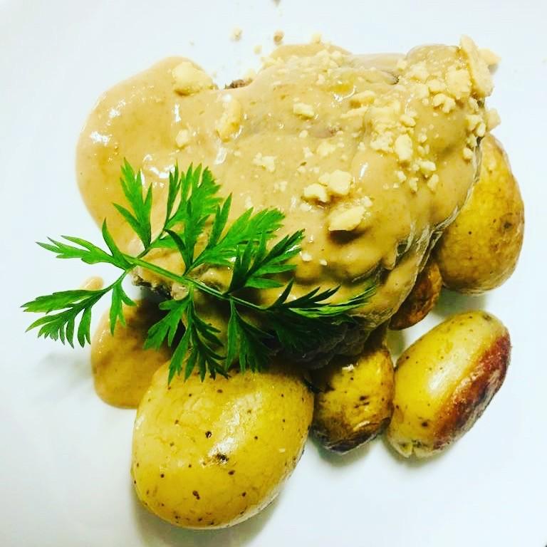 Restaurant Bistrot Là-Haut Montmartre Fond de boeuf de 4 heures sauce cacahuètes pommes sautées