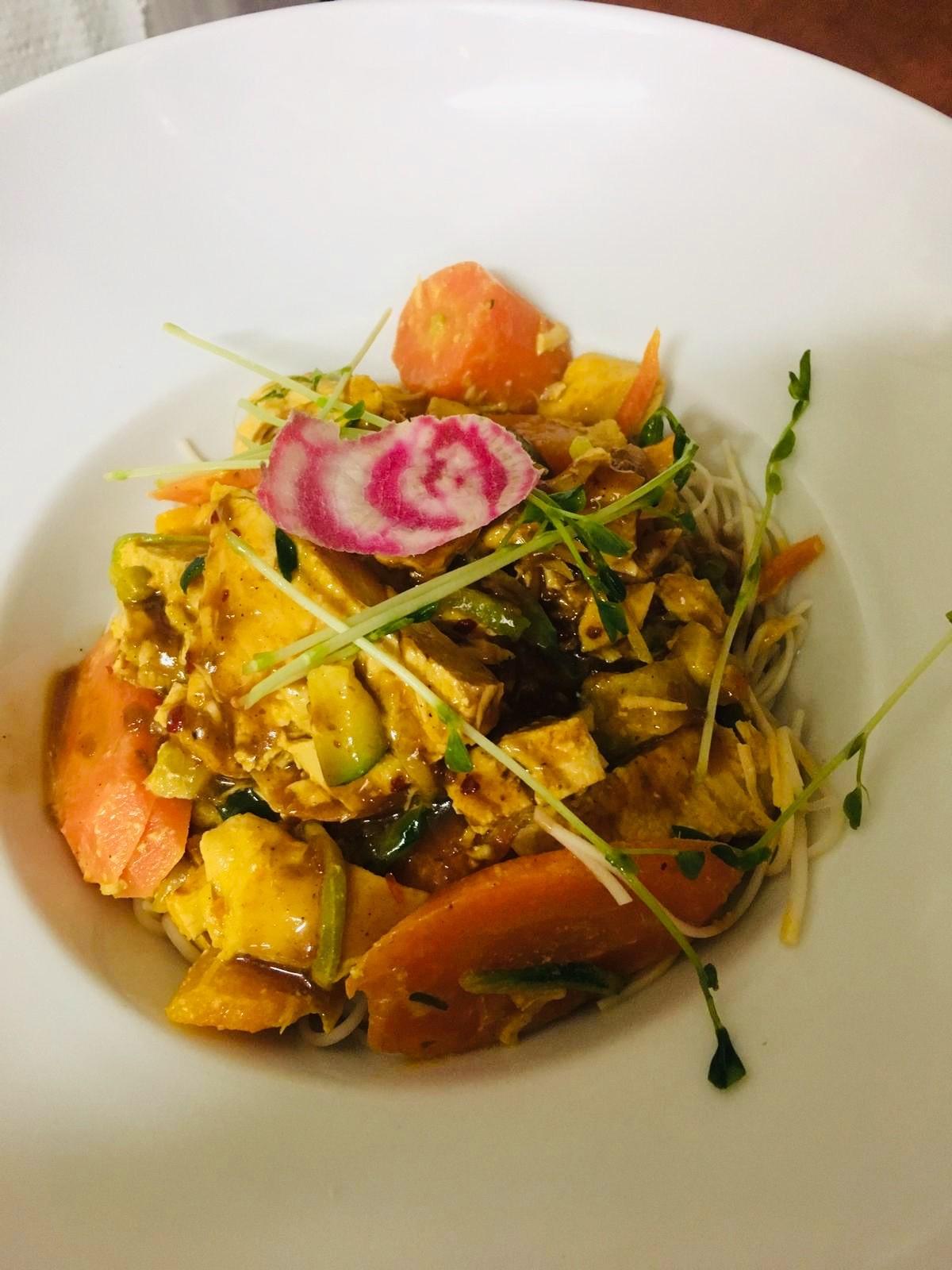 Restaurant Bistrot La-Haut Montmartre Wok de légumes filet de poulet Noodles sauce relevée