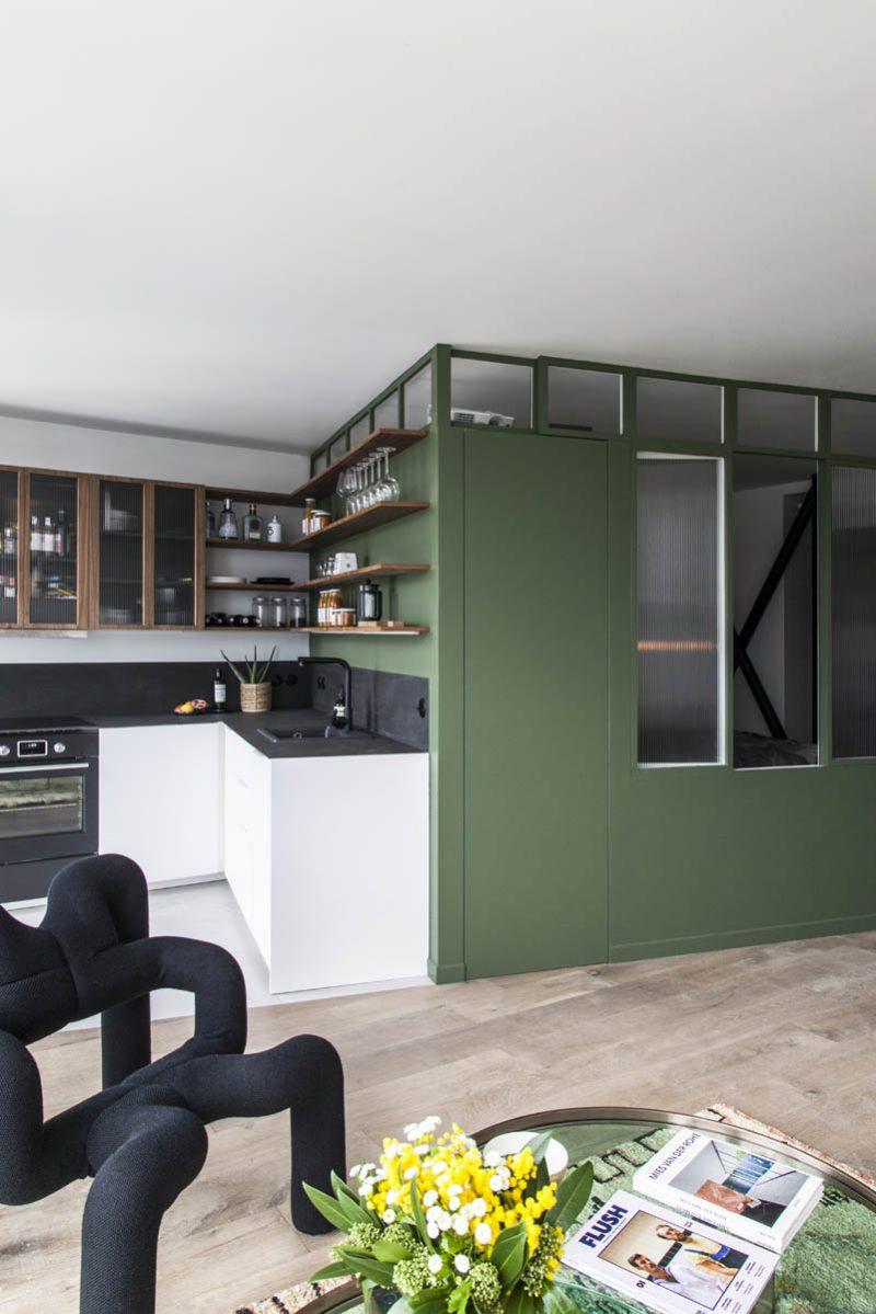 Rénovation et conception mobilier et design d'un appartement dans la tour Albert, rue Croulebarbe à Paris 13ème, par l'agence Boclaud Architecture.