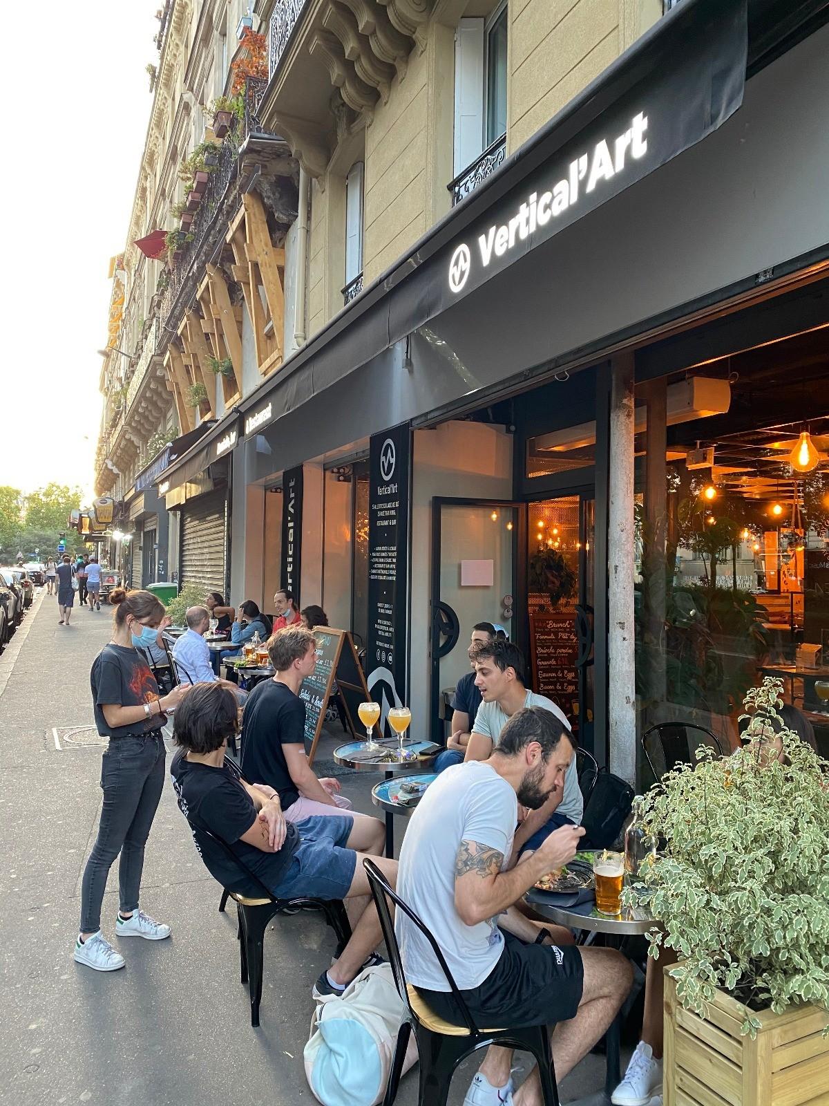Vertical'Art Pigalle -Salle d'escalade - Restaurant et bar - stage et cours d'escalade - Accessible à tous